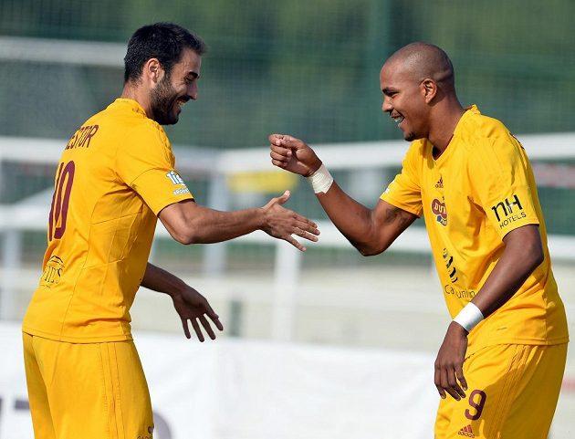 Fotbalisté Dukly Néstor Albiach (vlevo) a Jean-David Beauguel se radují z gólu proti Brnu.