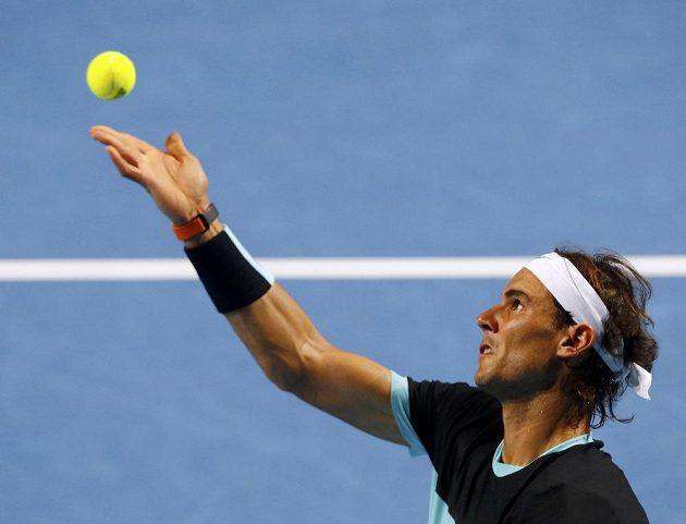 Rafael Nadal servíruje v úvodním kole turnaje v Basileji proti Lukáši Rosolovi.