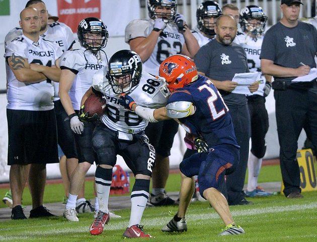 Zleva Daniel Kršák z Panthers a Ondřej Šisl z Lions během finále české ligy amerického fotbalu.