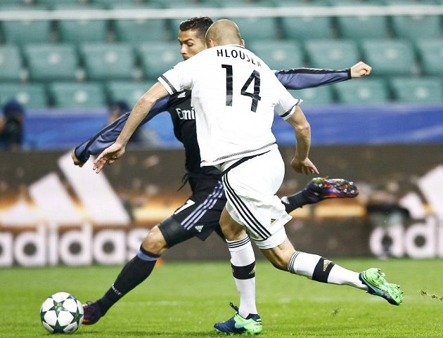 Hvězda Realu Cristiano Ronaldo a obránce Legie Varšava Adam Hloušek v utkání 4. kola Ligy mistrů.