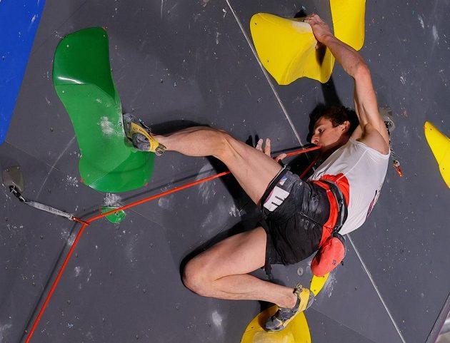 Adam Ondra během lezení na obtížnost.