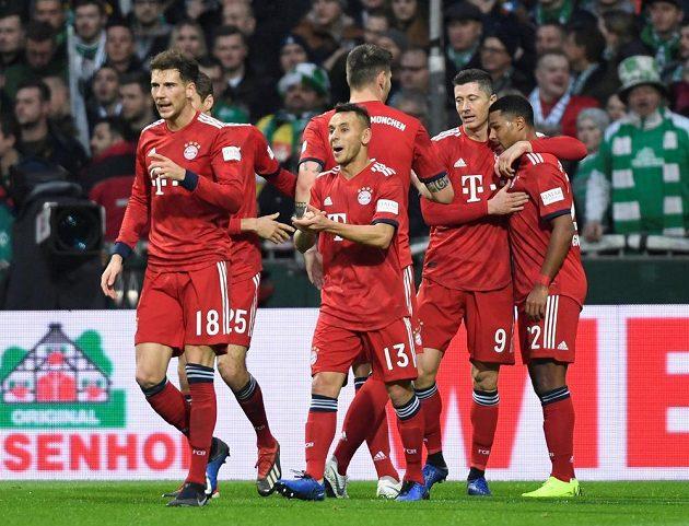 Fotbalisté Bayernu Mnichov se radují z vedoucí branky do sítě Werderu