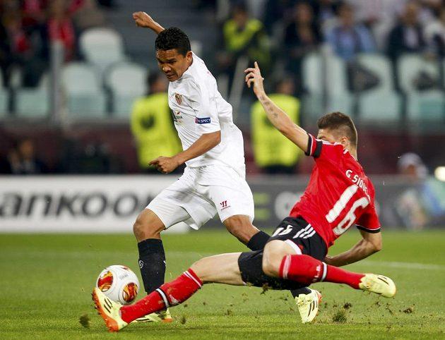 Carlos Bacca (vlevo) z FC Sevilla v souboji s Guilhermem Siqueirou z Benfiky.