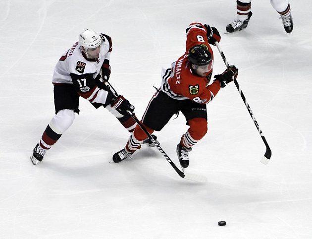 Český hokejista Arizony Coyotes Radim Vrbata (v bílém) bojuje o puk s Nickem Schmaltzem z Chicaga Blackhawks v utkání NHL
