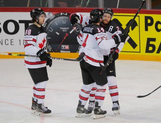 Hokejisté Kanady se radují z branky proti Rusku