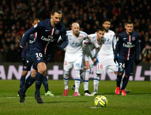 Zlatan Ibrahimovic z PSG střílí gól z penalty proti Lyonu.