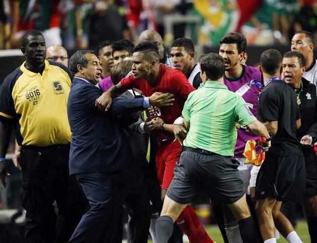 Panamský fotbalista Erick Davis (15) ve druhém poločase utkání s Mexičany těžce nesl jeden z verdiktů sudího.