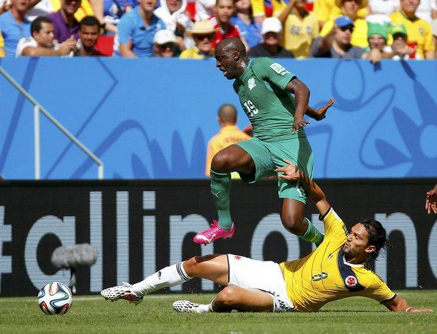 Yaya Touré (19) z týmu Pobřeží slonoviny v souboji s Kolumbijcem Abelem Aguilarem.
