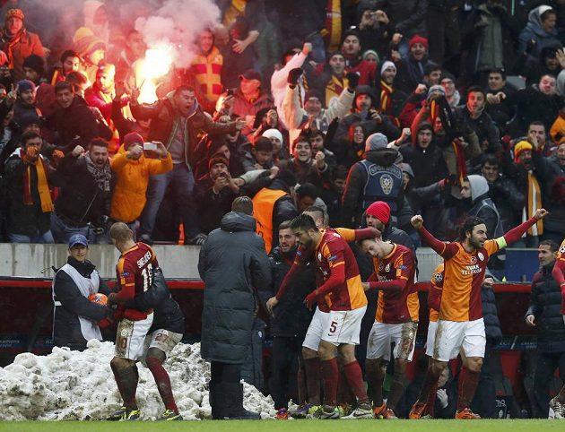 Fotbalisté Galatasaraye Istanbul slaví gól v síti Juventusu Turín ve středeční dohrávaném zápase Ligy mistrů. Jeho autorem byl záložník Wesley Sneijder (zcela vlevo).