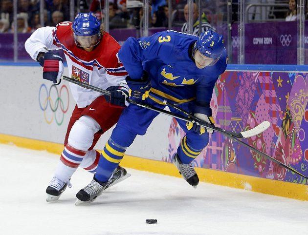 Jakub Voráček (vlevo) bojuje s Oliverem Ekmanem-Larsson ze Švédska.