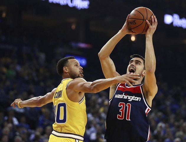 Tomáš Satoranský (vpravo) z Washingtonu a Stephen Curry z Golden State.