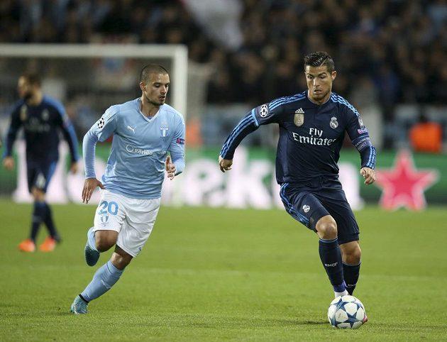 Vladimir Rodič (vlevo) z Malmö stráží střelce Realu Madrid Cristiana Ronalda.