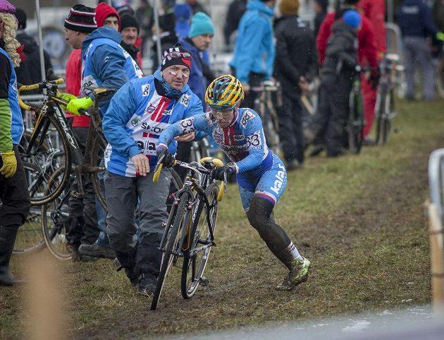 Pavla Havlíková při výměně kola.