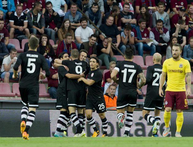Fotbalisté Thunu se radují z gólu, který vstřelili Spartě.