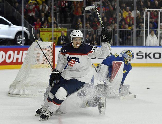 Americký útočník Johnny Gaudreau oslavuje gól v utkání proti Švédsku.