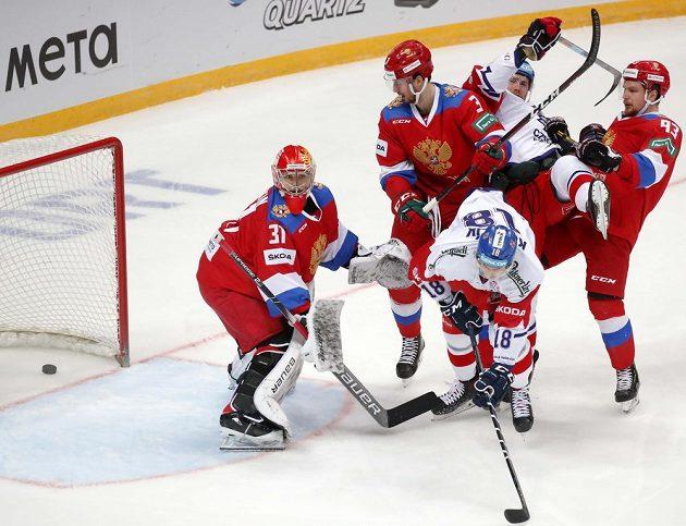 Dominik Kubalík tečuje střelu Ondřeje Němce za záda Iljy Sorokina.