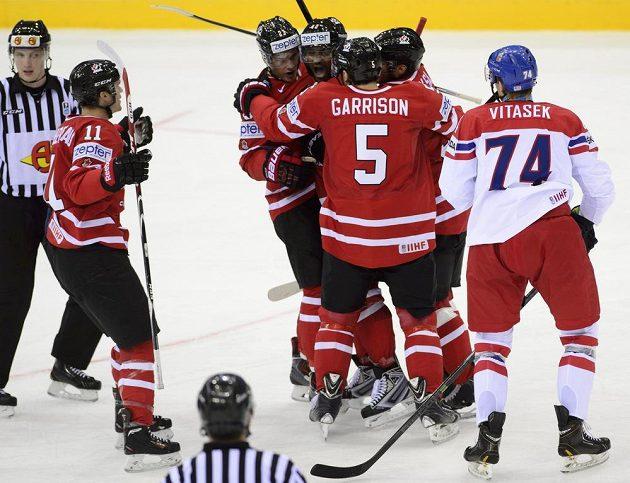 Joel Ward z Kanady (uprostřed) dal první gól svého týmu, přijímá gratulaci do spoluhráčů ke gólu. Vpravo český obránce Ondřej Vitásek.