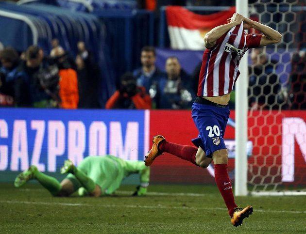 Obránce Atlétika Juanfran svléká radostí dres po rozhodující penaltě s PSV.