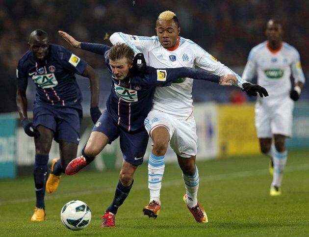 Záložník Paris Saint-Germain David Beckham (druhý zleva) v souboji s Jordanem Ayewem z Marseille.