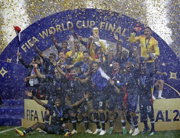Francouzská radost po finále MS. Trofej drží gólman Hugo Lloris.