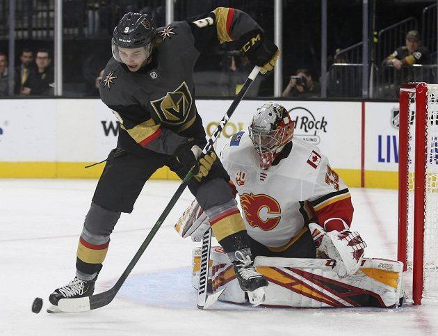 Útočník Cody Glass (9) z týmu Vegas Golden Knights střílí na branku Calgary Flames, kterou hájil David Rittich (33).