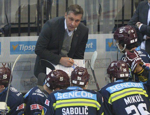 Trenér Sparty Josef Jandač udílí pokyny hráčům v zápase s Chomutovem.