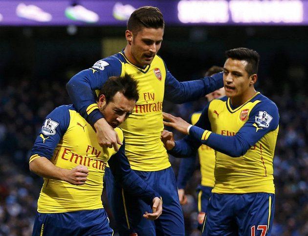 Úspěšný exekutor pokutového kopu Santi Cazorla (vlevo) a jeho spoluhráči Olivier Giroud a Alexis Sánchez slaví vedoucí gól Arsenalu na hřišti Manchesteru City.
