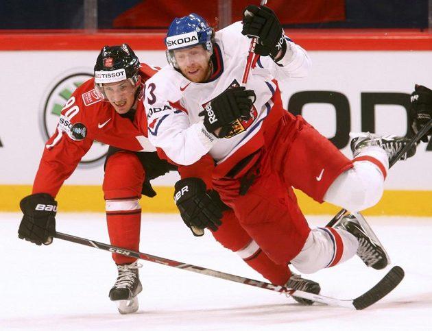 Jakuba Voráčka (vpravo) fauluje ve čtvrtfinále mistrovství světa Roman Josi ze Švýcarska.
