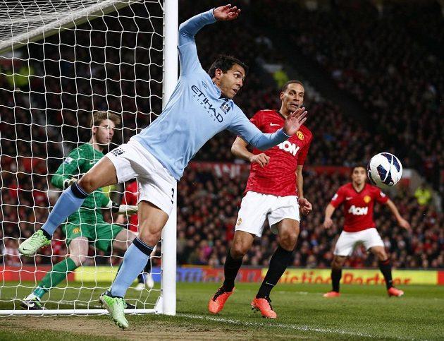 Carlos Tévez z Manchesteru City se snaží na poslední chvíli udržet míč v poli.
