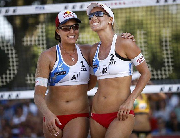 Markéta Nausch Sluková (vpravo) a Barbora Hermannová při zápase s Brazilkami v úvodním kole vyřazovací fáze mistrovství světa.