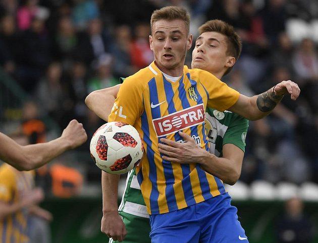Jakub Janetzký z Opavy a Vladislav Ljovin z Bohemians v akci během ligového utkání.