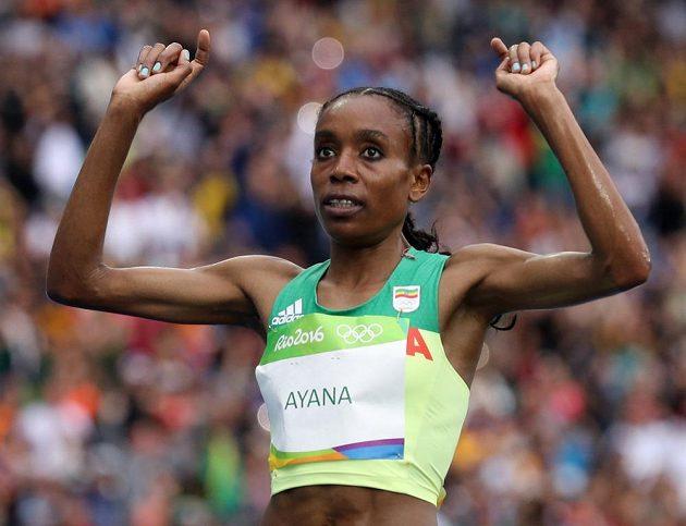 Etiopanka Almaz Ayanaová vytvořila v Riu nový světový rekord na 10 000 metrů.