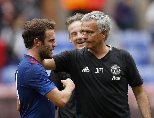 Nový trenér Manchesteru United José Mourinho a Juan Mata po zápase ve Wiganu.