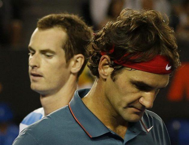 Roger Federer (vpravo) a Andy Murray ve čtvrtfinálové bitvě v Melbourne.