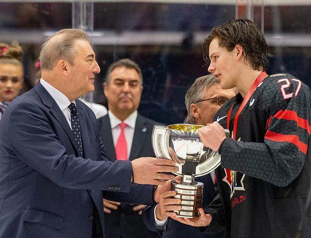 Kapitán Barrett Hayton z Kanady s pohárem pro vítěze, vlevo je legendární brankář sborné Vladislav Treťjak.