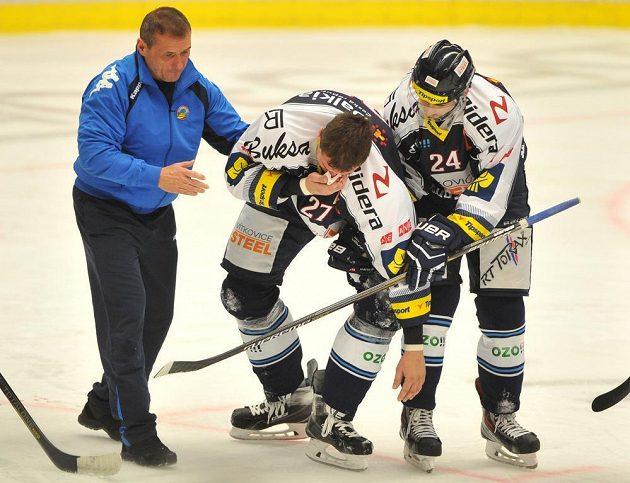 Zraněný vítkovický forvard Peter Húževka opouští ledovou plochu za pomoci spoluhráče Ondreje Šedivého.