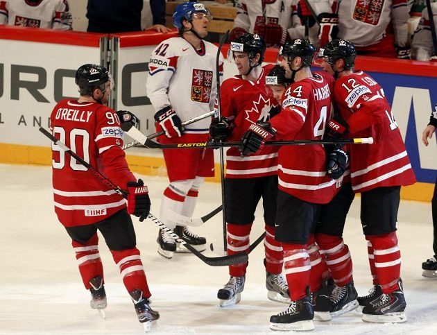 Kanadští hokejisté slaví druhý gól v duelu s Českem.