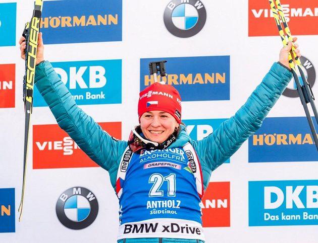 Veronika Vítková na stupních vítězů po sprintu v italské Anterselvě.