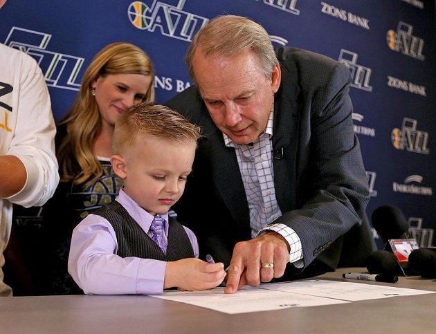 Pětiletý JP Gibson podepisuje jednodenní kontrakt s prezidentem klubu Utah Jazz Randym Rigbym.