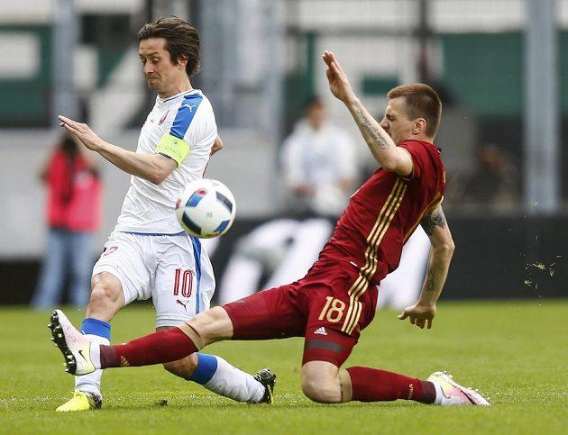 Tomáš Rosický (vlevo) v souboji s Olegem Ivanovem z Ruska.