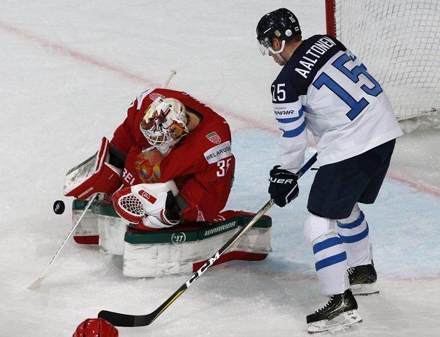 Finský hokejista Miro Aaltonen číhá na svoji šanci v utkání s Běloruskem. V akci během utkání mistrovství světa brankář soupeře Kevin Lalande.