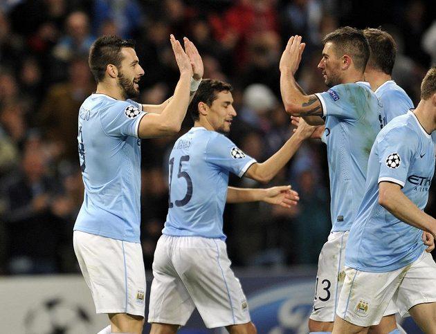 Útočník Manchesteru City Álvaro Negredo (zcela vlevo) se rduje se spoluhráči z gólu proti Plzni.