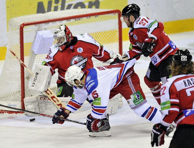Zleva brankář Doněcku Ján Laco, útočník Lva Justin Azevedo a obránce Peter Podhradský ve čtvrtém uduelu čtvrtfinále play off KHL.
