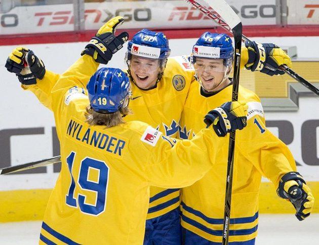 Švédští hokejisté se radují z gólu proti Česku. Zleva Alexander Nylander, střelec branky Jonathan Dahlén a Carl Grundström.