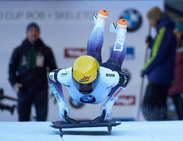 Česká skeletonistka Anna Fernstädtová v akci během závodu Světového poháru.
