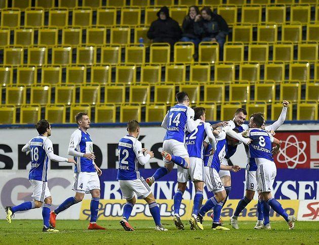 Fotbalisté Mladé Boleslavi se radují z gólu během utkání v Teplicích.