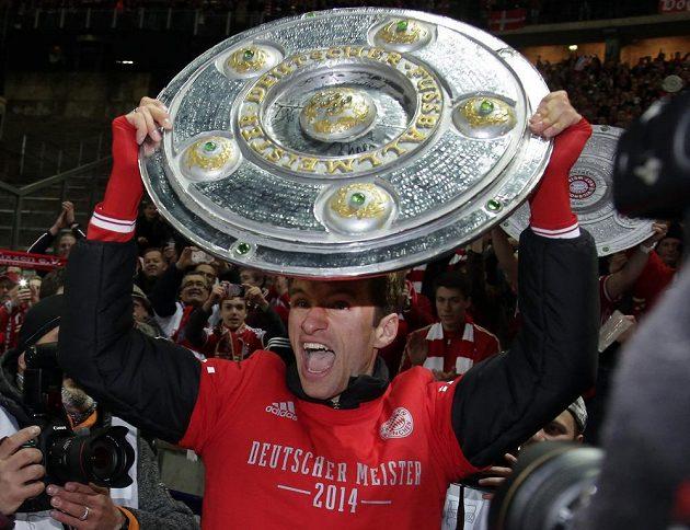 Fotbalista Bayernu Mnichov Thomas Müller s talířem pro mistra bundesligy.