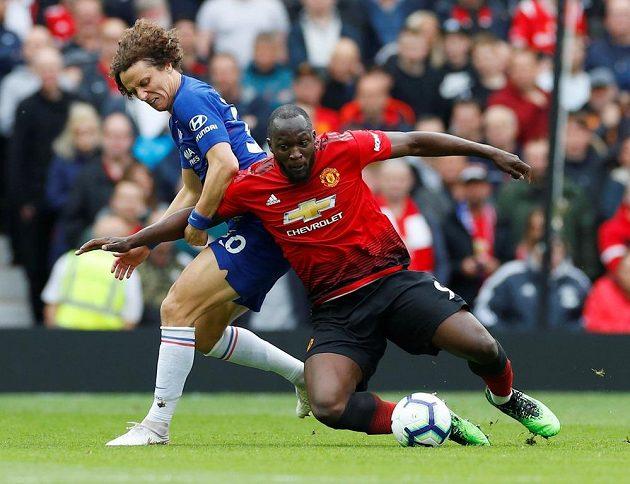 Tvrdý souboj Davida Luize (vlevo) z Chelsea s Romelem Lukakuem z Manchesteru United.