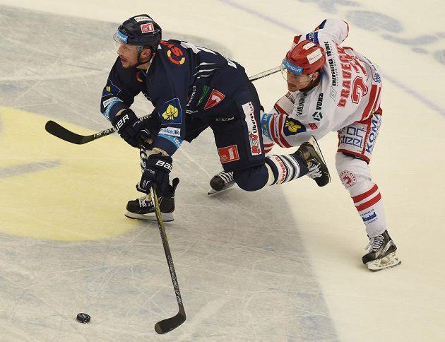 Liberecký útočník Petr Vampola (vlevo) v souboji s třineckým útočníkem Vladimírem Draveckým v zápase 45. kola Tipsport extraligy.