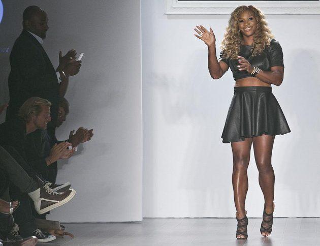 Vítězka US Open Serena Williamsová na módním molu.